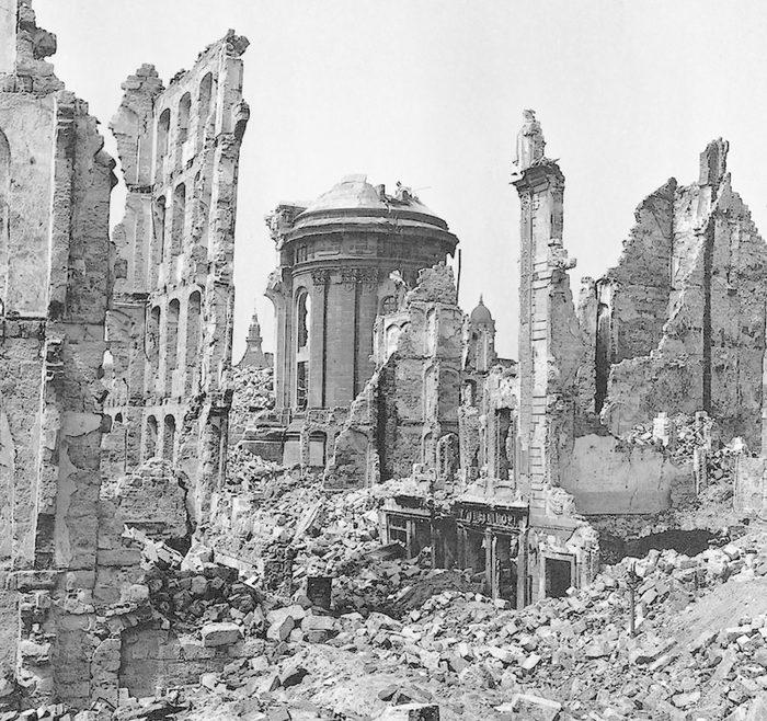 https://13februar.dresden.de/media/bilder/13februar/1945-Rampische-Strasse-und-Ruine-der-Frauenkirche-Archiv-DVB.jpg.scaled/16dc249a7e0d48264012961a6120d42f.jpg